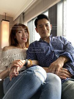 ソファに座っている男と女の写真・画像素材[3361877]