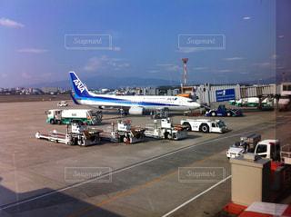 空港で駐機場の上に座っている大型旅客機の写真・画像素材[1279638]