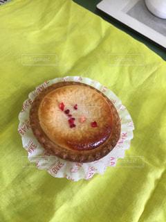 テーブルの上に座っているケーキの写真・画像素材[1309038]
