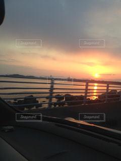 朝日が眩しい海の写真・画像素材[1339620]