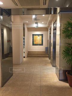 大きな白い建物の入り口の写真・画像素材[1768522]