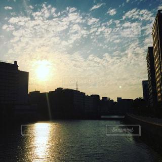 夕日が沈む川の写真・画像素材[2131644]