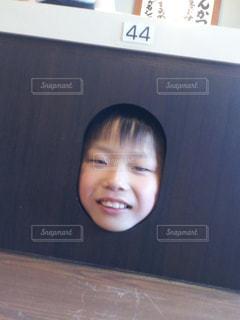 焼肉屋さんのテーブルから顔を出す男の子の写真・画像素材[1280378]