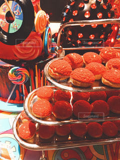 テーブルの上に食べ物の束の写真・画像素材[1280687]