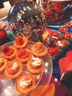 テーブルの上にフルーツとケーキの写真・画像素材[1280688]
