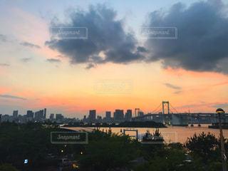 夕暮れ時の都市の景色の写真・画像素材[1280711]