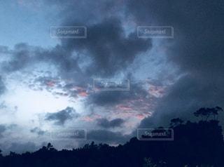 空には雲のグループの写真・画像素材[1292476]