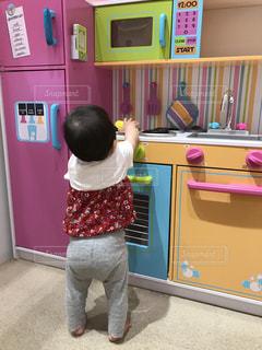 部屋に立っている小さな女の子の写真・画像素材[1280844]