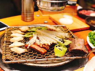 テーブルの上に食べ物のプレートの写真・画像素材[1295209]