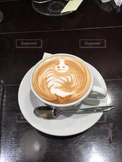 テーブルの上のコーヒー カップの写真・画像素材[1282974]