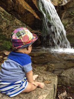 滝と子供の写真・画像素材[1280984]