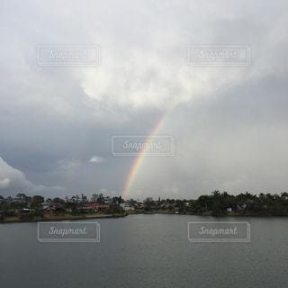 湖の上の虹の写真・画像素材[1280987]