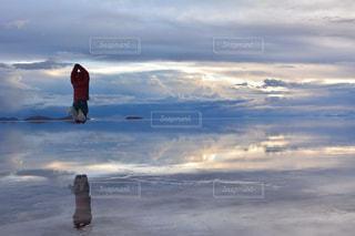ウユニ塩湖でジャンプの写真・画像素材[1282705]