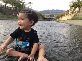 川と子供の写真・画像素材[1282713]