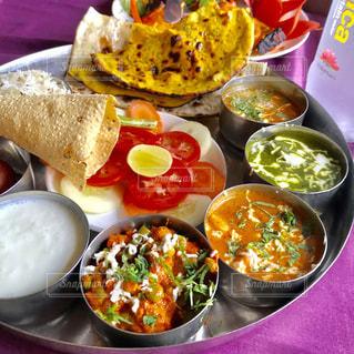 テーブルの上に食べ物の種類で満たされたボウルの写真・画像素材[1340305]