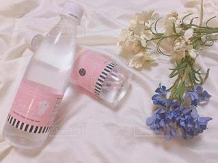 近くにテーブルの上のピンクの花のアップの写真・画像素材[1293701]