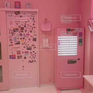 キッチンの中に座っている白い冷蔵庫冷凍庫の写真・画像素材[1507812]