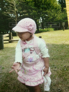 草の中に立っている少女の写真・画像素材[1282628]