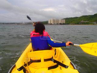 水の体の小さな黄色のボートの写真・画像素材[1283826]