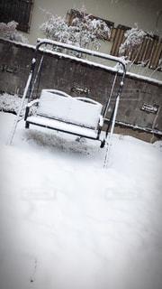 雪の中でベンチの写真・画像素材[1283831]