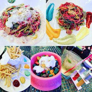 食品のプレートをのせたテーブルの写真・画像素材[1284159]