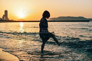 水の体の横に立っている人の写真・画像素材[1283816]