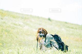 草の上に横になっている人対象フィールドの写真・画像素材[1283817]