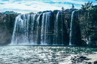いくつかの水の上の大きな滝の写真・画像素材[1283818]