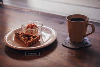 テーブルの上のコーヒー カップの写真・画像素材[1283821]