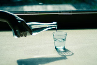 テーブルに空のグラスの写真・画像素材[1283838]
