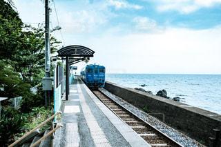 水の近くのドックに座っている鉄道の写真・画像素材[1283842]