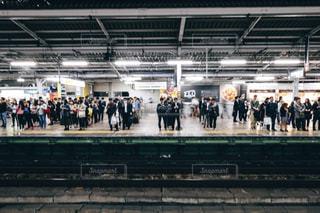 駅に立っている人のグループの写真・画像素材[1659790]