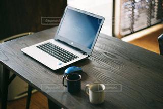 テーブルとノートパソコンの写真・画像素材[1717549]