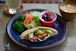 テーブルの上に食べ物のプレートの写真・画像素材[1283036]