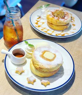 食品やコーヒー テーブルの上のカップのプレートの写真・画像素材[1283954]