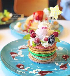 テーブルにバースデー ケーキのプレートの写真・画像素材[1395412]