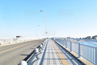 道路の上の長い橋の写真・画像素材[1287209]