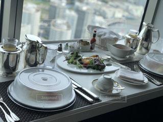テーブルの上のコーヒー カップの写真・画像素材[1283562]