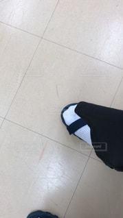 近くに青と黒の靴を履いて足のアップの写真・画像素材[1293533]