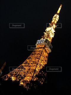 空の背景を持つ大規模な背の高い塔の写真・画像素材[942944]