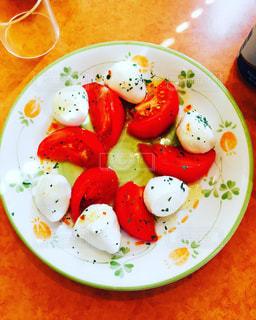 テーブルの上に食べ物のプレートの写真・画像素材[1292232]