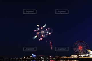 夜空に花火のグループの写真・画像素材[1284440]