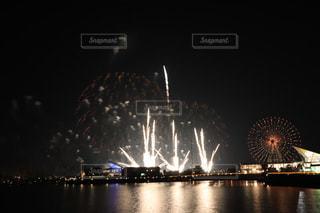 水の体の上の夜空に花火の写真・画像素材[1284463]