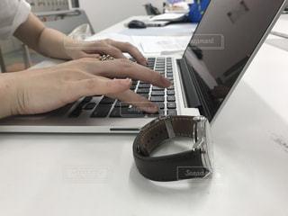 ラップトップ コンピューターを使用している人の写真・画像素材[1300380]