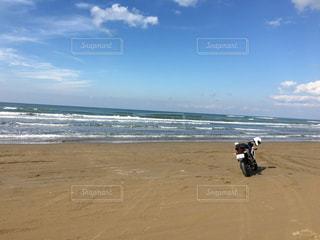 晴天の砂浜走行の写真・画像素材[1285147]