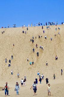 鳥取砂丘を歩くたくさんの観光客の写真・画像素材[2351798]