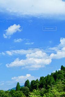 夏空と山の綺麗なコラボの写真・画像素材[2386614]