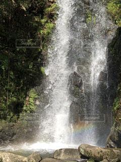 滝と虹🌈のコラボの写真・画像素材[2504035]