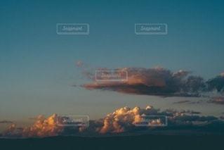 秋の夕暮れ空の写真・画像素材[3333362]