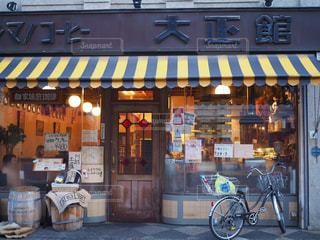 店の前に停まっている自転車の写真・画像素材[1287258]